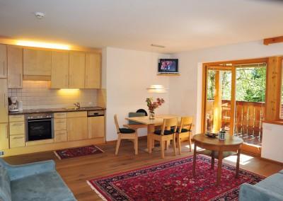 Appartement 27: Küche und Wohnraum mit Balkon
