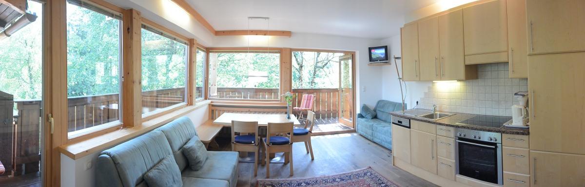 App 28 Wohnküche mit Balkon